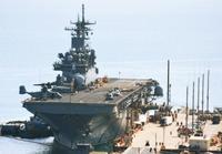 ホワイトビーチに米揚陸艦が接岸 普天間オスプレイ搭載