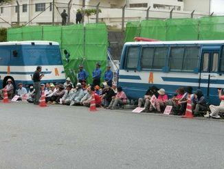 工事用車両の進入を阻止するため、ゲート前に座り込む市民ら=6日午前、名護市の米軍キャンプ・シュワブ前