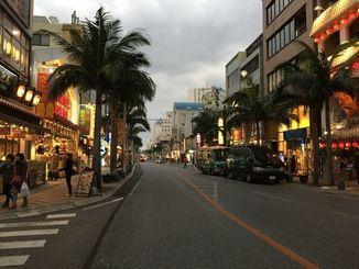 車の通りもまばらな国際通り=24日、午後5時すぎ
