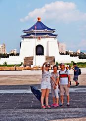 台湾の有名観光地、中正紀念堂で写真を撮る中国からの観光客=25日午後、台北市