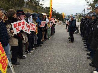 腕を組み、抗議の意思を込め歌う市民ら=9日午前10時15分ごろ、名護市辺野古の米軍キャンプ・シュワブゲート前