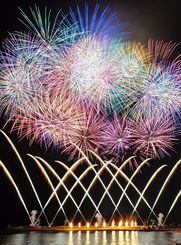 2016年4月に行われた琉球海炎祭の花火=宜野湾海浜公園(下地広也撮影)