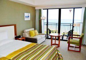 ビーチを見渡せるデラックスハイフロアのツインルーム=15日、糸満市西崎のサザンビーチホテル&リゾート沖縄