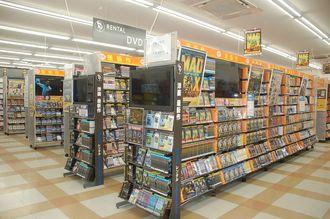 2階はすべてレンタルコーナー。DVDやCDが並ぶ