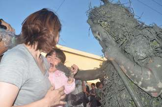 パーントゥに泥を塗られ、泣き叫ぶ女の子=8日夕、宮古島市平良島尻
