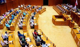 米軍MH60ヘリ墜落事故に関する意見書と抗議決議を全会一致で可決した沖縄県議会=19日午前