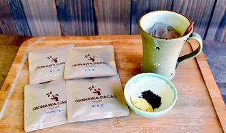 シークヮーサーや月桃と組み合わせたチョコレート(左)。沖縄シナモン(カラキ)を効かせたチョコレートドリンクを提供している
