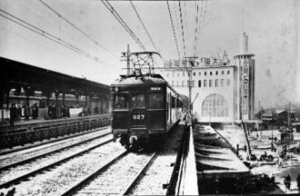 完成した高架線を走る試運転列車。後方は当時の神戸阪急ビル=1936年(阪急電鉄提供)