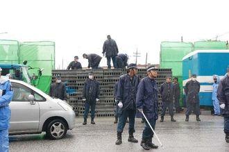 新基地建設に反対する市民らが積んだ約1400個のブロックを撤去する機動隊=30日午前、名護市辺野古