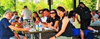 食事を楽しむ会員ら=トロント・ダウンタウン郊外のトムソン記念公園