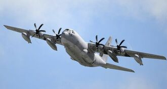 (資料写真)米軍普天間飛行場から離陸するKC130空中給油機=沖縄県宜野湾市