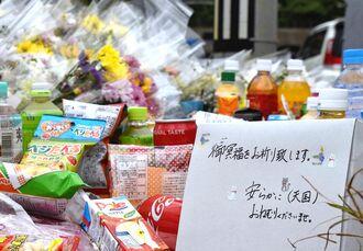 事故現場には「御冥福をお祈り致します。安らかに(天国)おねむりくださいませ」と書かれた菓子箱が置かれていた=17日、浦添市伊祖