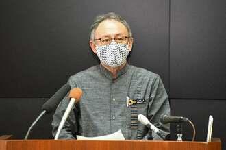 新型コロナウイルスの感染拡大を受け、県独自の「緊急事態宣言」を発表する玉城デニー知事=20日午後5時すぎ、県庁(代表撮影)