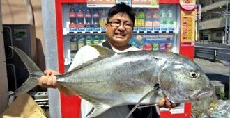 国場川で94・5センチ、9・8キロのガーラを釣った幸地大作さん=7月13日