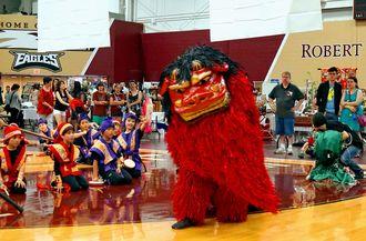 シカゴ日本祭りで披露された沖縄の獅子舞