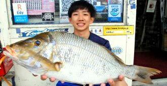 宜野湾マリーナで59センチ、2.46キロのタマンを釣った屋嘉部奏明さん=6日