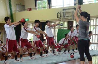 ケルトベルを使ったトレーニングで汗を流す嘉手納高の生徒たち=嘉手納高校体育館