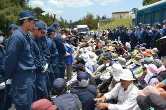500人集中行動に集まった新基地建設に反対する市民ら。強制排除前、約300人が機動隊と対峙した=27日正午、名護市辺野古