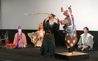 狂言「仁王」では組踊の登場人物が出演し、ユーモアを交えた唱えで笑いを誘った=2日、那覇市・桜坂劇場