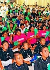 中継を見ながら声援を送る生徒たち=22日午前、那覇市国場・沖尚講堂