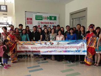カンボジアから到着したツアー客ら=5日、那覇空港国際線ターミナル