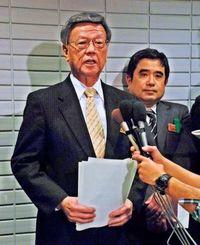 県議会終了後、記者団の質問に答える翁長雄志知事=24日、県議会棟