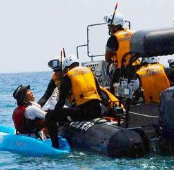 海上保安庁の職員に拘束される男性(写真左)=12日午前11時45分ごろ、名護市辺野古沖(篠原知恵撮影)