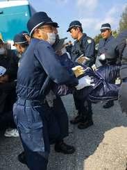 機動隊員に排除される新基地建設に抗議する市民=31日午前9時前、名護市辺野古の米軍キャンプ・シュワブ前
