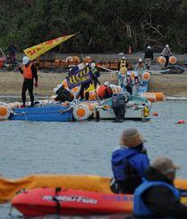 反対するカヌー隊(手前)が抗議する中で進められる、浮桟橋の再設置=2015年1月16日、沖縄県名護市辺野古