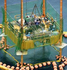 辺野古沖で再開された海底ボーリング調査=12日午前、名護市(共同通信社機から)