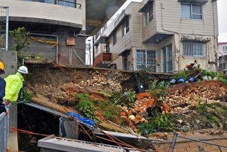 台風19号の大雨で地盤が崩れた住宅地の一角=11日午後0時半ごろ、那覇市首里久場川町(国吉聡志撮影)