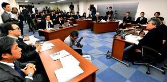 野村ホールディングスとカーライル・グループの関係者も同席したオリオンビールの記者会見。多くの報道陣が詰め掛けた=23日、浦添市城間の同社