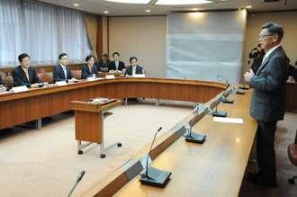 参院外交防衛委のメンバーに沖縄の基地負担軽減を訴える翁長雄志知事(右)=20日、県庁