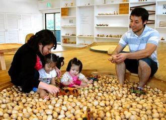 木のおもちゃで遊べる館内=2日、国頭村・やんばる森のおもちゃ美術館