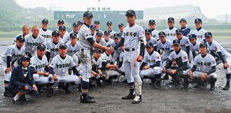 練習試合解禁で対戦した沖縄尚学と都城商業(宮崎)=8日、浦添市民球場