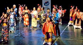 多彩な演目が披露された日本・沖縄文化フェスティバル=ブエノスアイレス市のハロルド・コンティ文化センター(リカルド・ホカマさん撮影)