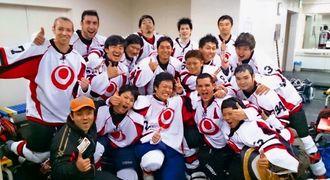 成年男子で準優勝し、本国体出場を決めたた沖縄選抜=福岡県立総合プールスケートリンク(提供)