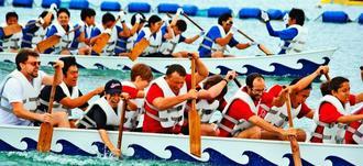 息を合わせて水をかく参加者たち=恩納村・ANAインターコンチネンタル万座ビーチリゾート