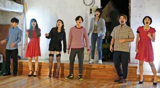 23日の「コザストリートミュージカル」に向けて練習に励む出演者=15日、沖縄市中央の「大丸商店」跡地