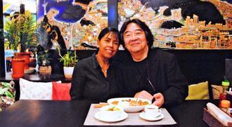 オーナーの橋本陽一さん(右)と妻リィリィさん=浦添市伊祖