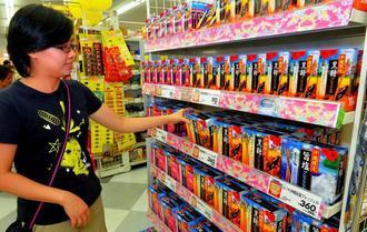 沖縄地域限定のお菓子などが人気の土産品コーナー=イオン那覇店