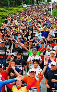 NAHAマラソン、暑さとの闘い 気温28度!2万6500人熱走