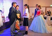 新郎新婦の記憶、プロの役者が鮮やか再現 沖縄で披露宴盛り上げる新商品