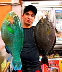 宜野湾新漁港で41.5センチ、1.6キロのイラブチャーを釣ったデイビッドさん=15日