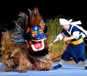 躍動感あふれる勇壮な演舞で、観衆を沸かせた中城村の津覇獅子舞=23日、うるま市・安慶名闘牛場(古謝克公撮影)