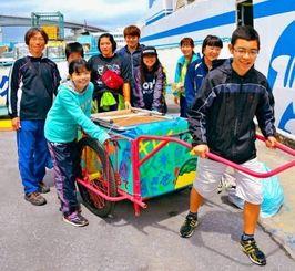 フェリーから降り立った港川学童クラブのメンバー=2日、那覇市の泊港