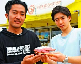紅芋を使い、5月から販売予定の無添加クッキーを手にする摺木陽介さん(左)と井上嘉文さん=4日、久米島町兼城