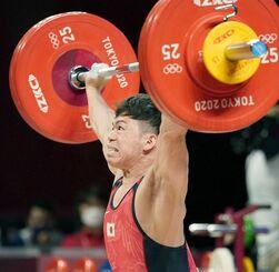 男子61キロ級 スナッチで133キロに成功した糸数陽一=東京国際フォーラム(共同)