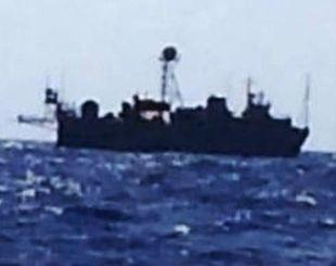 現場付近を航行していた米軍艦船とみられる船=6月30日午後3時ごろ、本島南方の海域(県漁連提供)