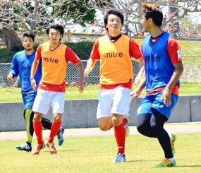 新生FC琉球のボランチとして、連続先発出場中の水野輝(左から2番目)と田辺圭佑(同3番目)=中城村吉の浦公園(花城克俊撮影)